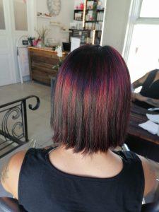 Mustan hiuksen raidoitus ja värjäys punaisella