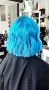"""Tyvikasvun vaalennus, sininen väri ja """"long bob"""""""